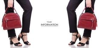 Τα θηλυκά πόδια στα κλασικά μαύρα εσώρουχα που τα μαύρα παπούτσια λάκκας με το κόκκινο δέρμα τοποθετούν το διαθέσιμο χέρι σε σάκκ Στοκ Φωτογραφία