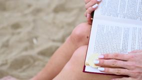 Τα θηλυκά χέρια ανοίγουν ένα βιβλίο και βρίσκουν bitcoin απόθεμα βίντεο