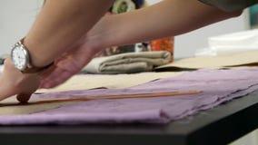 Τα θηλυκά χέρια είναι χρωματισμένα με την κιμωλία ραφτών ` s σε ένα σχέδιο απόθεμα βίντεο