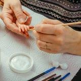 Τα θηλυκά χέρια κάνουν τις κούκλες BJD ή αναγεννημένος στον εργασιακό χώρο proce στοκ εικόνες