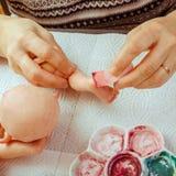 Τα θηλυκά χέρια κάνουν τις κούκλες BJD ή αναγεννημένος στον εργασιακό χώρο proce στοκ φωτογραφία με δικαίωμα ελεύθερης χρήσης