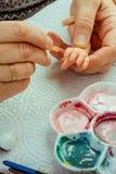 Τα θηλυκά χέρια κάνουν τις κούκλες BJD ή αναγεννημένος στον εργασιακό χώρο proce στοκ φωτογραφίες