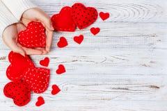 Τα θηλυκά χέρια κρατούν την κόκκινη καρδιά Τοπ άποψη, διάστημα αντιγράφων Στοκ Εικόνες