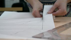 Τα θηλυκά χέρια κόβουν ένα σχέδιο απόθεμα βίντεο