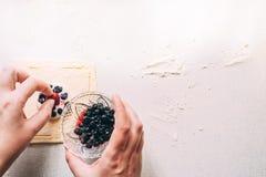 Τα θηλυκά χέρια μαγειρεύουν το σπιτικό κέικ ζύμης στοκ εικόνες