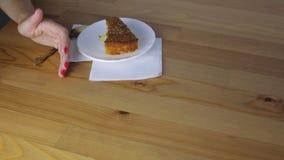 Τα θηλυκά χέρια παίρνουν ένα κομμάτι του κέικ φιλμ μικρού μήκους