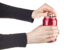 Τα θηλυκά χέρια που ανοίγουν το α μπορούν της σόδας Στοκ εικόνες με δικαίωμα ελεύθερης χρήσης
