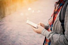 Τα θηλυκά χέρια που χρησιμοποιούν το smartphone κατά τη διάρκεια του backpacker χαλαρώνουν το χρόνο στον τρόπο ζωής διακοπών hips Στοκ εικόνες με δικαίωμα ελεύθερης χρήσης