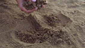 Τα θηλυκά χέρια σκάβουν στην άμμο και βρίσκουν χρυσός bitcoin απόθεμα βίντεο