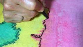 Τα θηλυκά χέρια χαρακτηρίζουν την περίληψη του σκίτσου ή του σχεδίου με έναν μαύρο δείκτη φιλμ μικρού μήκους