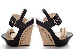 Τα θηλυκά μαύρα παπούτσια πλατφορμών με το μπεζ παρεμβάλλουν και στερεώνουν Στοκ Φωτογραφίες