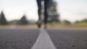 Τα θηλυκά πόδια δρομέων αρχίζουν να τρέχουν στο δρόμο Κινηματογράφηση σε πρώτο πλάνο των ποδιών γυναικών στο τρέξιμο των παπουτσι απόθεμα βίντεο