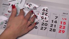 Τα θηλυκά χέρια αποκαλύπτουν τον Ιανουάριο του 2017 σχίζουν χώρια τα κομμάτια του 2016 Δεκέμβριος απόθεμα βίντεο