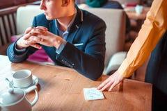 Τα θηλυκά χέρια προσώπων δίνουν για να επανδρώσουν μια σημείωση αγάπης Στοκ Φωτογραφία