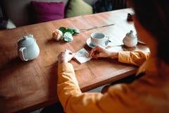 Τα θηλυκά χέρια προσώπων κρατούν τη σημείωση αγάπης Στοκ Εικόνα