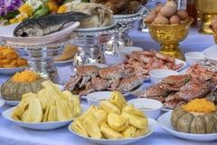 Τα θυσιαστικά προσφέροντας τρόφιμα για προσεύχονται στο Θεό και το μνημείο στον πρόγονο, Μπανγκόκ, Ταϊλάνδη Παραδοσιακές προσφορέ στοκ φωτογραφίες