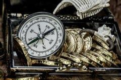 τα θωρακικά νομίσματα ορείχαλκου περιτρηγυρίζουν τον πλήρη χρυσό να βρεθούν μαχαιριών θησαυρό κρανίων πειρατών χαρτών παλαιό πολύ Στοκ φωτογραφία με δικαίωμα ελεύθερης χρήσης
