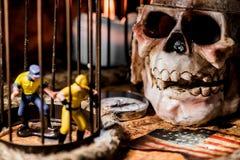 τα θωρακικά νομίσματα ορείχαλκου περιτρηγυρίζουν τον πλήρη χρυσό να βρεθούν μαχαιριών θησαυρό κρανίων πειρατών χαρτών παλαιό πολύ Στοκ Εικόνες