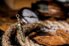 τα θωρακικά νομίσματα ορείχαλκου περιτρηγυρίζουν τον πλήρη χρυσό να βρεθούν μαχαιριών θησαυρό κρανίων πειρατών χαρτών παλαιό πολύ Στοκ Φωτογραφίες