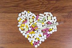 Τα διάφορα φάρμακα σχεδιάζονται στον πίνακα με μορφή μιας καρδιάς Στοκ εικόνα με δικαίωμα ελεύθερης χρήσης