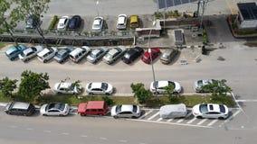Τα διάφορα χρώματα, κάνουν και μορφές των αυτοκινήτων που σταθμεύουν στο διάφορο positi Στοκ Εικόνα