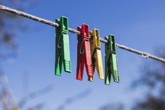 Τα διάφορα clothespins ψαλίδισαν το σχοινί Στοκ φωτογραφίες με δικαίωμα ελεύθερης χρήσης