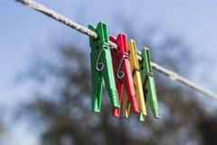 Τα διάφορα clothespins ψαλίδισαν το σχοινί Στοκ Εικόνες