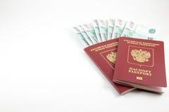 Τα διαβατήρια της Ρωσικής Ομοσπονδίας και των χρημάτων στοκ φωτογραφία με δικαίωμα ελεύθερης χρήσης