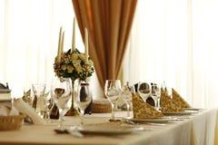 τα διακοσμημένα πέταλα μαργαριταριών εστίασης αυξήθηκαν ρηχός επιτραπέζιος γάμος Στοκ φωτογραφίες με δικαίωμα ελεύθερης χρήσης