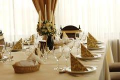 τα διακοσμημένα πέταλα μαργαριταριών εστίασης αυξήθηκαν ρηχός επιτραπέζιος γάμος Στοκ Φωτογραφία