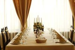 τα διακοσμημένα πέταλα μαργαριταριών εστίασης αυξήθηκαν ρηχός επιτραπέζιος γάμος Στοκ Εικόνα