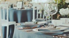 τα διακοσμημένα πέταλα μαργαριταριών εστίασης αυξήθηκαν ρηχός επιτραπέζιος γάμος Τόπος συναντήσεως δεξίωσης γάμου με τα λουλούδια απόθεμα βίντεο