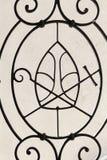 Τα διακριτικά του επισκοπικού στο μέταλλο περιφράζουν, εκκλησία σε Skalka, Κρακοβία, Πολωνία Στοκ Εικόνες