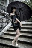 Τα ιαπωνικά κοιτάζουν, αρκετά νέα γυναίκα με τη μαύρη ομπρέλα, κάτω από το aut στοκ φωτογραφία με δικαίωμα ελεύθερης χρήσης