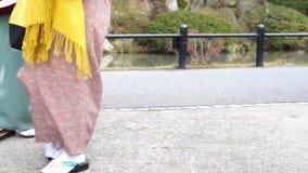 Τα ιαπωνικά κορίτσια φορούν parasol κιμονό και geta Ιαπωνία τα υποδήματα σανδαλιών απόθεμα βίντεο
