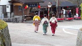 Τα ιαπωνικά κορίτσια φορούν parasol κιμονό geta Ιαπωνία τα υποδήματα σανδαλιών φιλμ μικρού μήκους