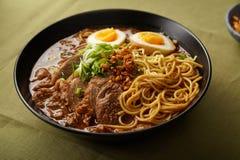 Τα ιαπωνικά με την κοιλιά χοιρινού κρέατος, τα μανιτάρια και το μαριναρισμένο αυγό Στοκ Φωτογραφίες