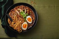Τα ιαπωνικά με την κοιλιά χοιρινού κρέατος, τα μανιτάρια και το μαριναρισμένο αυγό Στοκ Εικόνα
