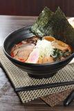 Τα ιαπωνικά τα νουντλς στη σούπα Στοκ Φωτογραφία