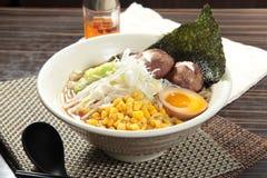 Τα ιαπωνικά τα νουντλς στη σούπα Στοκ Εικόνες