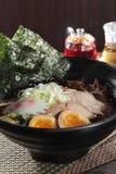 Τα ιαπωνικά τα νουντλς στη σούπα Στοκ εικόνες με δικαίωμα ελεύθερης χρήσης