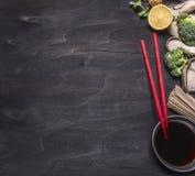 Τα ιαπωνικά νουντλς φαγόπυρου με το στρείδι ξεφυτρώνουν, κόκκινο chopsticks cilantro στα ξύλινα αγροτικά στενά επάνω σύνορα τοπ ά Στοκ Φωτογραφία