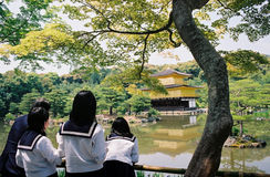 Τα ιαπωνικά σχολικά κορίτσια παίρνουν ένα ταξίδι σε έναν ναό στο Κιότο Στοκ φωτογραφία με δικαίωμα ελεύθερης χρήσης