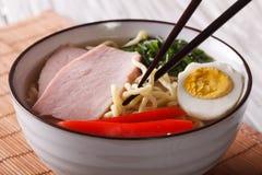Τα ιαπωνικά τα νουντλς με στενό επάνω χοιρινού κρέατος και αυγών οριζόντιος Στοκ φωτογραφία με δικαίωμα ελεύθερης χρήσης