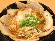 Τα ιαπωνικά τα τρόφιμα νουντλς, που ολοκληρώνουν με το χοιρινό κρέας chashu Στοκ Εικόνα