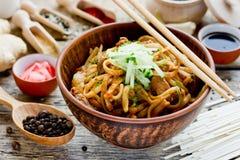 Τα ιαπωνικά τηγάνισαν udon με το χοιρινό κρέας στην πικάντικη σάλτσα πιπεροριζών Στοκ εικόνα με δικαίωμα ελεύθερης χρήσης