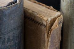 Τα διαφορετικά εκλεκτής ποιότητας, antiquarian, κουρελιασμένα βιβλία κλείνουν επάνω Στοκ Εικόνα