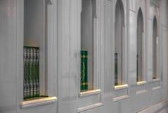 Τα ιερά βιβλία Quran σε ένα ράφι στο μουσουλμανικό τέμενος - 3 Στοκ Εικόνες