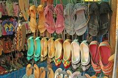 b40bee6ab620 Τα ινδικά παπούτσια παπουτσιών πωλούνται στην αγορά στην Ινδία Αναμνηστικό  Ινδία Θιβέτ Bazaar δώρων στοκ εικόνες