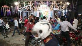 Τα ινδικά άτομα από μια οδό στέκονται στην αγορά στο Jodhpur, με τη διάβαση οχημάτων απόθεμα βίντεο
